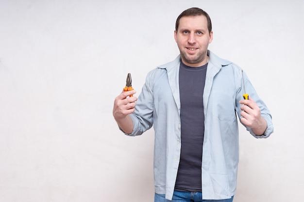 Un hombre con un destornillador y alicates.