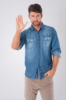 Hombre diciendo adiós vistiendo una camisa vaquera