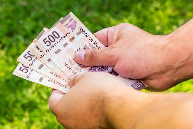 Hombre con dinero - billetes mexicanos