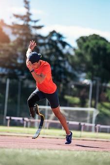 Hombre discapacitado atleta entrenamiento con prótesis de pierna.