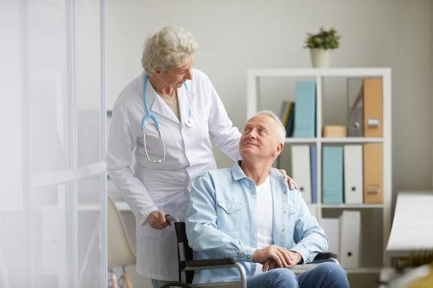 Hombre discapacitado en clínica
