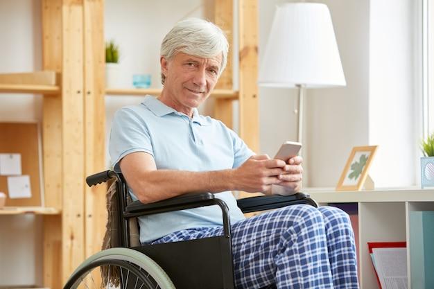 Hombre discapacitado comunicarse en línea