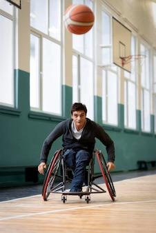 Hombre discapacitado de disparo completo que va tras la bola