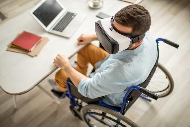 Hombre discapacitado con gafas vr