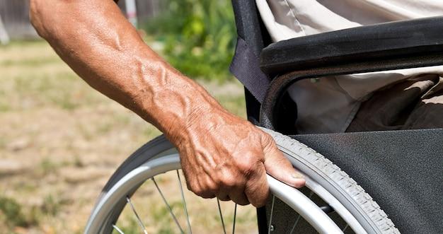 Hombre discapacitado sentado en una silla de ruedas