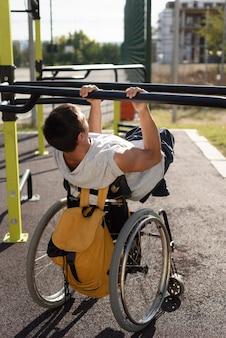 Hombre discapacitado de tiro completo haciendo deporte