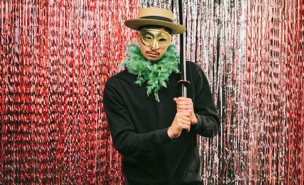 Hombre disfrazado de ángulo bajo para fiesta de carnaval