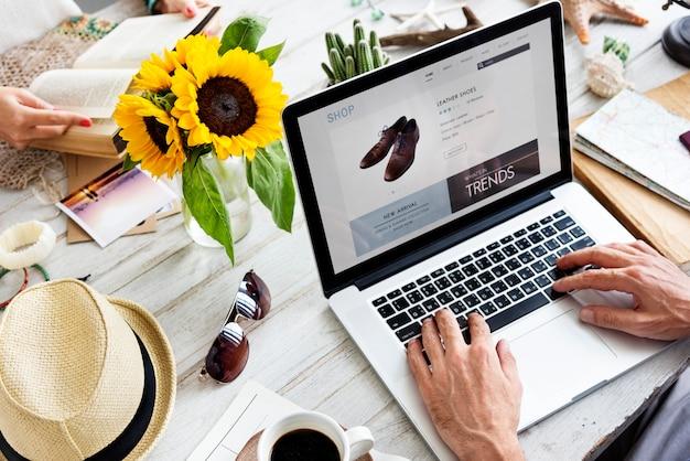 Hombre disfruta comprando en línea