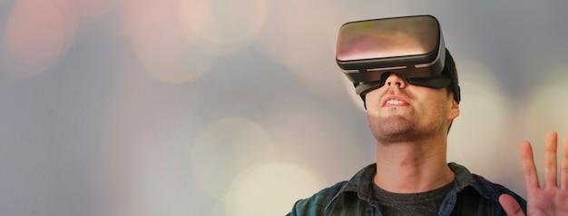 Hombre disfrutando de un casco de realidad virtual