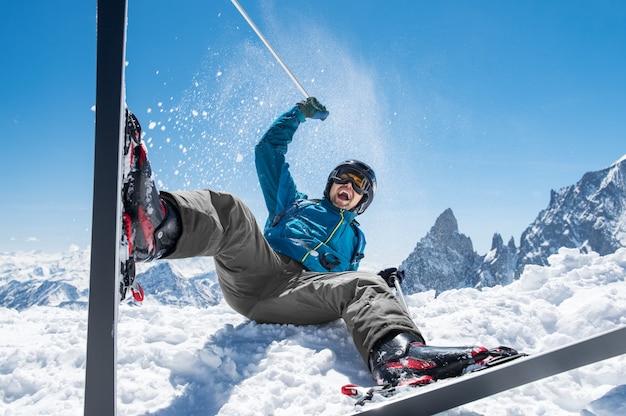 Hombre disfrutando de esquí de nieve