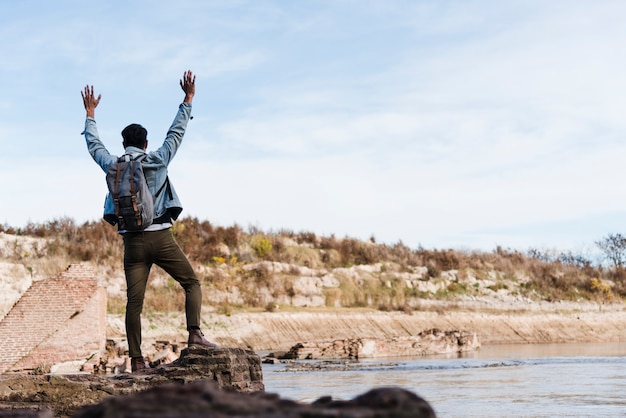 Hombre disfrutando de la libertad de la naturaleza.