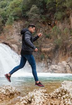 Hombre disfrutando del tiempo en la naturaleza