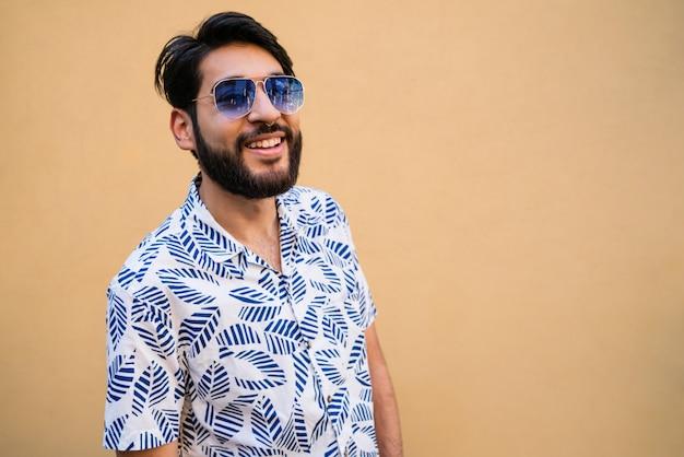 Hombre disfrutando el verano y vistiendo ropa de verano.