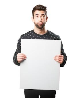Hombre distraido con un cartel grande