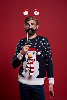 Hombre divertido con máscara de bigote vestido con ropa de navidad
