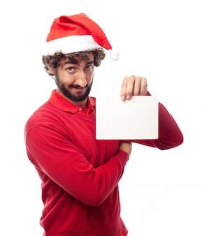 Hombre divertido mostrando una muestra en blanco