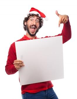 Hombre divertido señalando un cartel en blanco