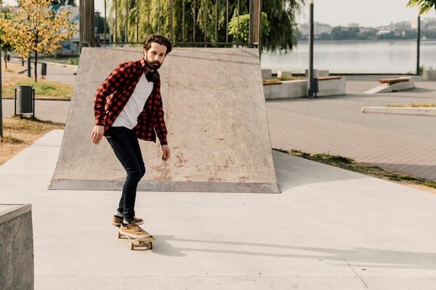 Hombre divirtiéndose en el skate park