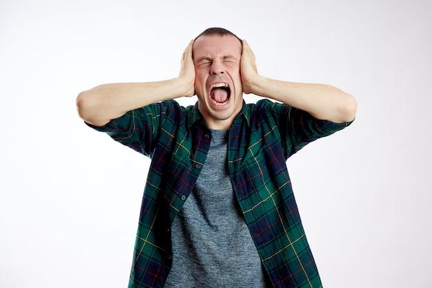 Hombre dolor de cabeza severo, mala salud, enfermedad, migraña, cáncer de cerebro