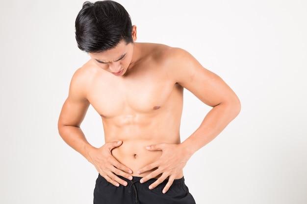 Hombre con dolor de estómago sintiendo dolor