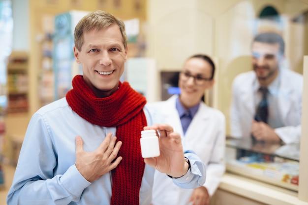 Hombre con dolor de garganta vino a la farmacia por un medicamento.