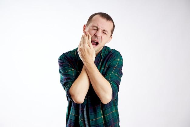 Hombre dolor de muelas severo, mala salud, enfermedad, caries dental
