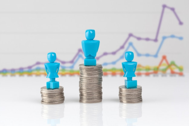Un hombre y dos figuras femeninas de pie sobre montones de monedas.