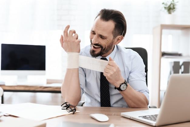 A un hombre le duele el brazo.
