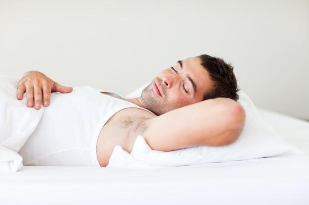 Hombre durmiendo en la cama
