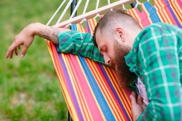 El hombre esta durmiendo en una hamaca