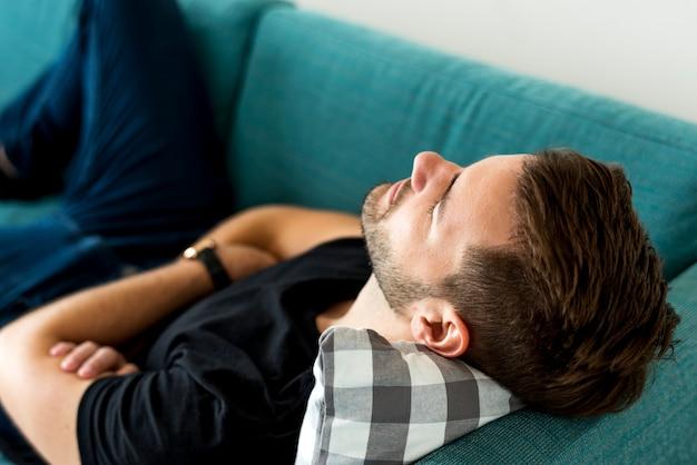 Hombre durmiendo en el sofá