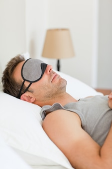 Hombre durmiendo en su cama
