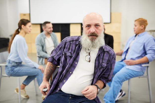 Hombre duro con barba en sesión de terapia
