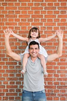 Hombre e hija celebrando el día del padre
