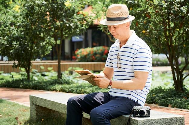 Hombre editando fotos en tablet pc