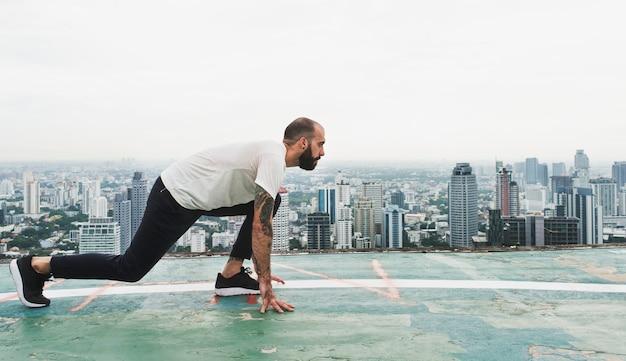 Hombre ejercicio entrenamiento en la azotea concepto