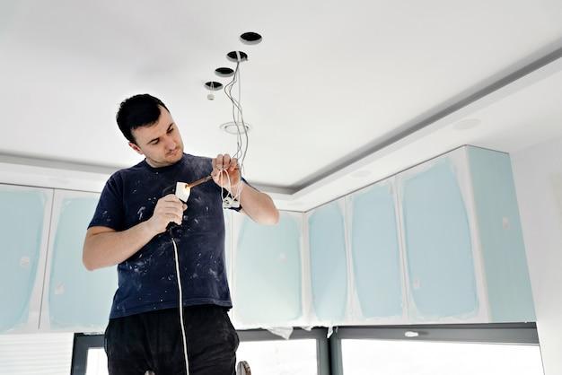 Hombre electricista reparando luz