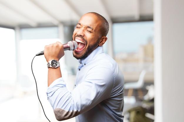 Hombre elegante cantando