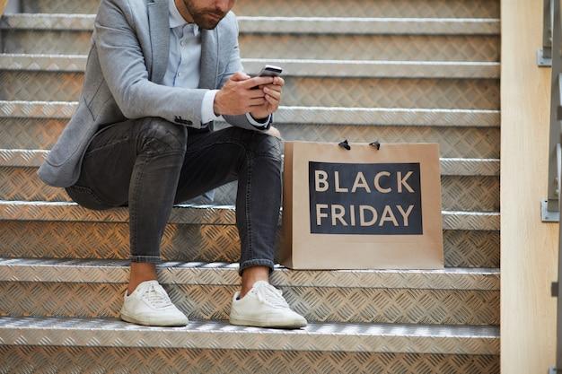 Hombre elegante de compras el viernes negro