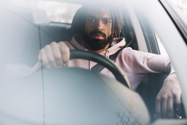 Hombre elegante conduciendo vista frontal