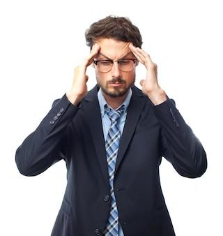 Hombre elegante con dolor de cabeza