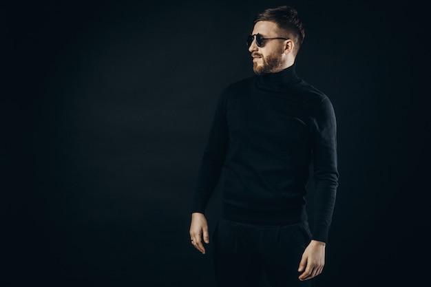 Hombre elegante con gafas abatibles