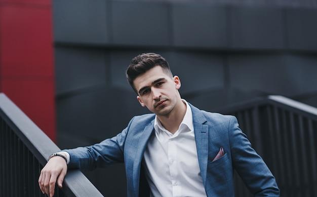 Hombre elegante hermoso sexy. estilo de ciudad. un hombre hermoso y encantador con aire libre. camisa blanca y chaqueta elegante