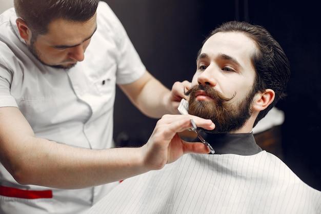 Hombre elegante sentado en una barbería