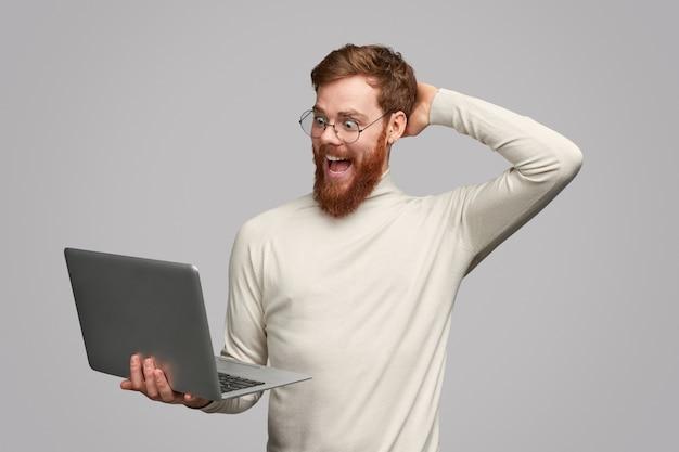 Hombre emocionado notó un trato increíble en internet