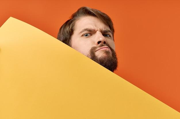 Hombre emocional con amapola en sus manos modelo de letrero publicitario. foto de alta calidad