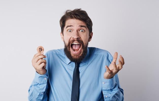 Hombre emocional estrés mirada perpleja modelo de criptomoneda bitcoin. foto de alta calidad