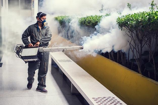 Hombre empañándose para eliminar el mosquito