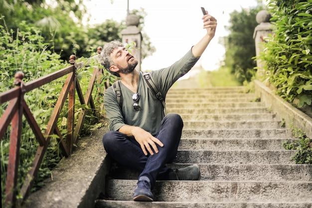 Hombre encantador tomando un selfie