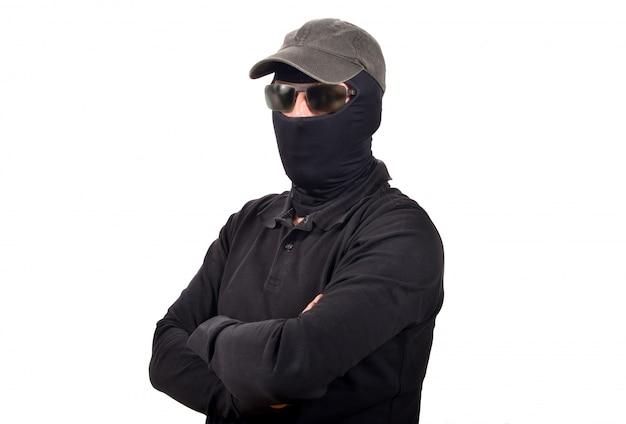 Hombre encapuchado con gafas de sol
